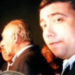 """2000 - RADIO ABIERTA. El candidato presidencial Fernando De la Rúa visita Villa Lugano. El periodista Enrique Ricagno espera por la nota para """"Todo El Año Es Carnaval""""."""